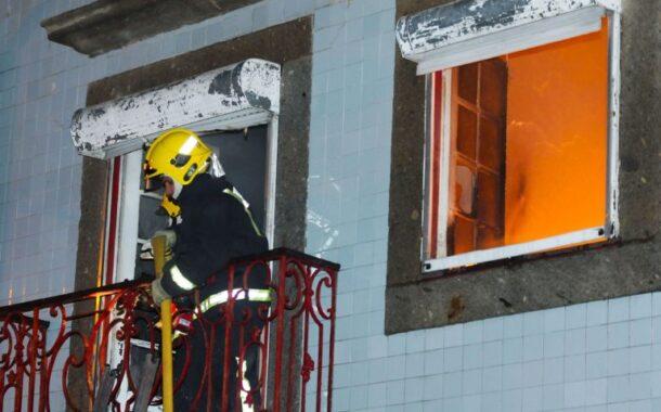 Homem que deitou fogo ao colchão e agrediu bombeiro em Braga acusado em Braga pelo Ministério Público