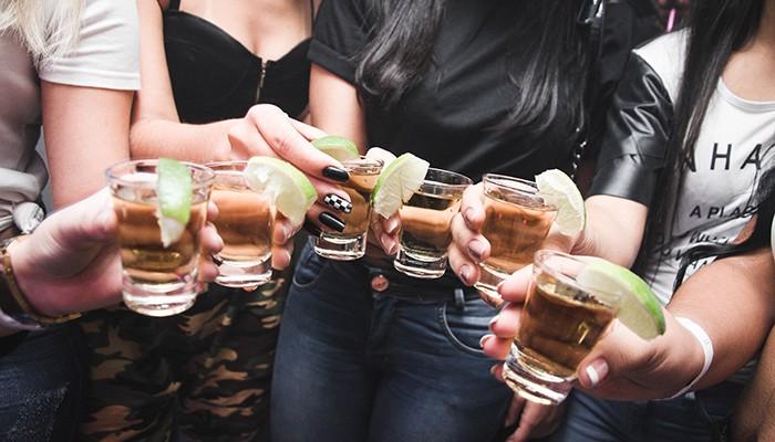 Consumo de álcool em excesso pode danificar funcionamento do cérebro dos jovens, diz estudo de investigador da UMinho