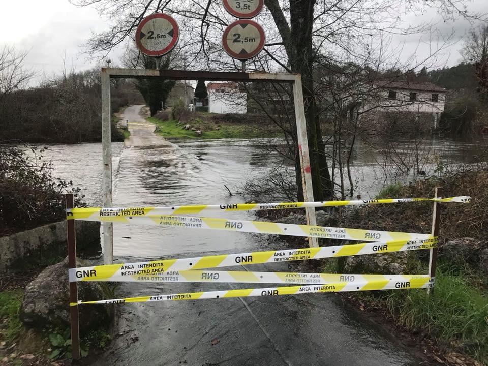 Subida do caudal do rio Ave corta ponte de Nasceiros na Póvoa de Lanhoso