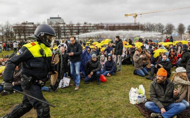 Polícia holandesa dispersa centenas de protestantes contra confinamento em véspera de eleições