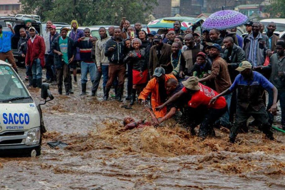Desalojados devido a chuvas de Luanda voltam a dormir ao relento e pedem socorro
