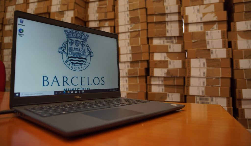 Câmara de Barcelos compra 600 computadores para alunos carenciados