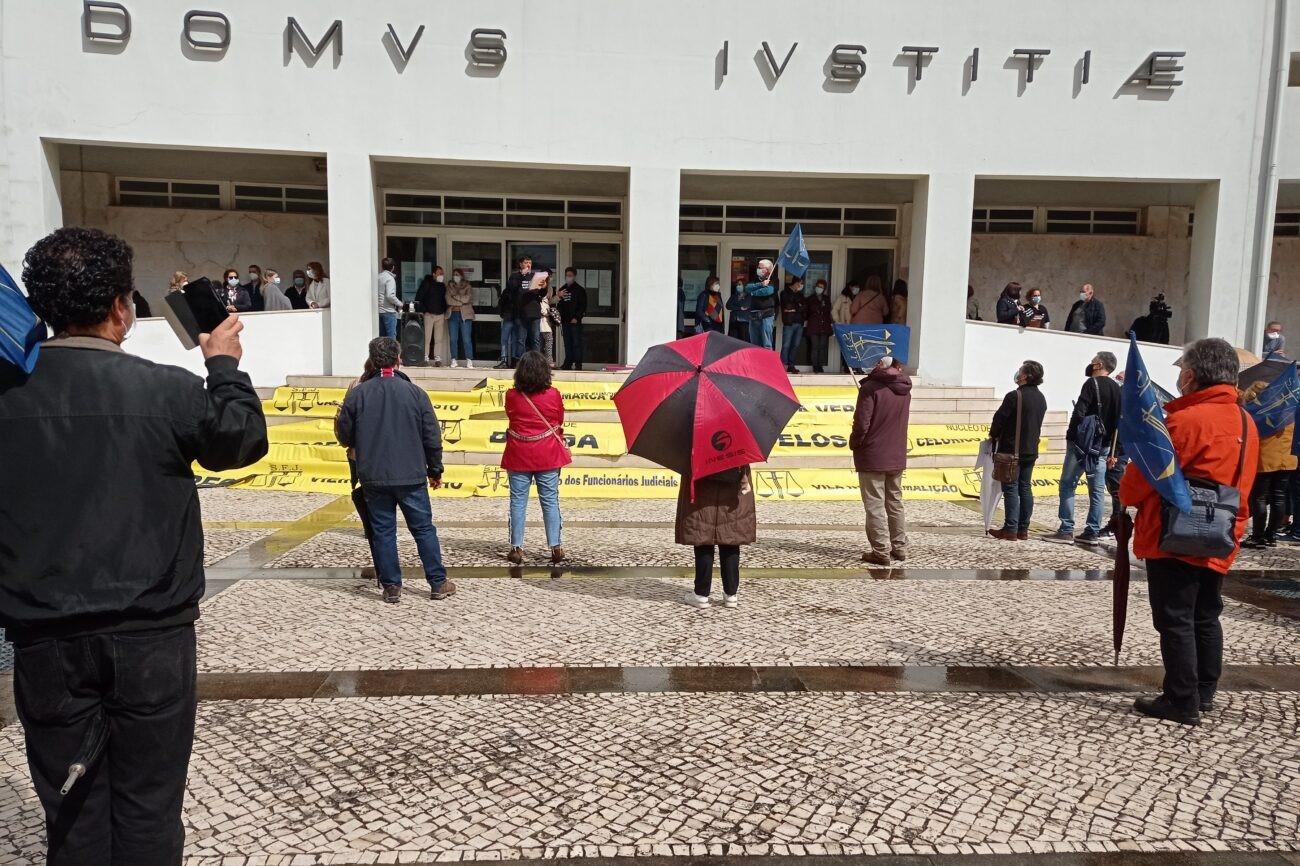 """Oficiais de justiça de Vila Verde e Amares em protesto contra horas extra """"à borla"""" junto do Tribunal de Braga"""