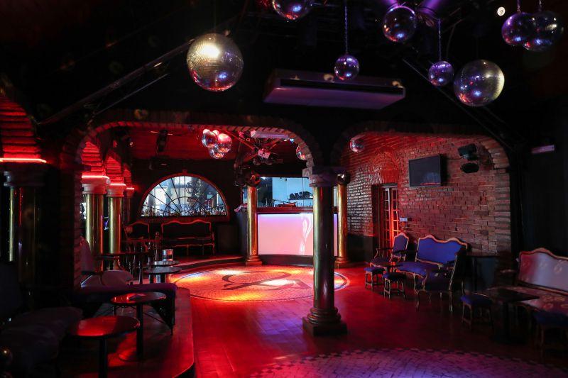 Bares e discotecas continuam fechados até final de Agosto