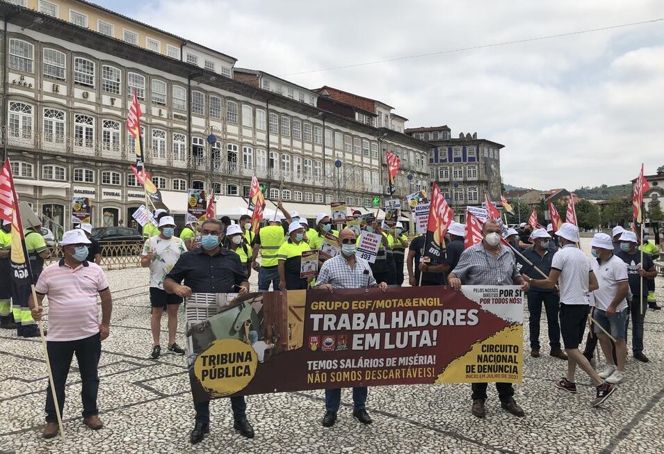 """Trabalhadores da Resinorte concentrados em Guimarães prometem """"Verão quente"""" em protestos"""