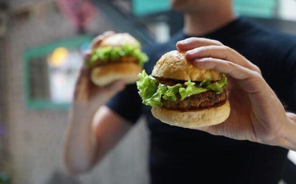 Proibição das sandes de chouriço, hambúrgueres, pizzas e refrigerantes nos bares das escolas em vigor em Setembro