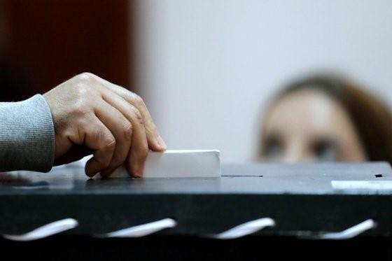 Eleitora recusa-se votar de máscara em Lisboa. CNE permitiu