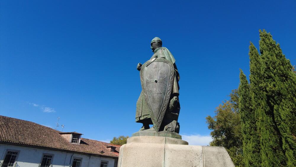Estátua de D. Afonso Henriques em Guimarães (novamente) sem espada após acto de vandalismo